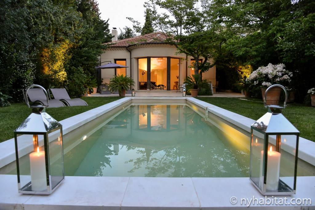 Aufnahme der Villa Cézanne vom Außenbereich aus, beim Pool