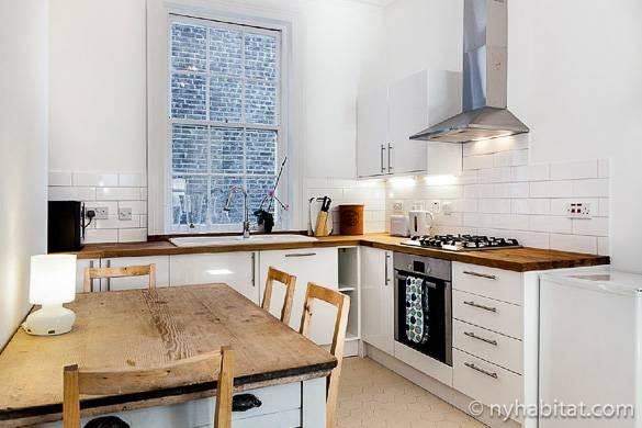 Bild von der Küche in LN-1080 mit moderner Einrichtung und Holzflächen
