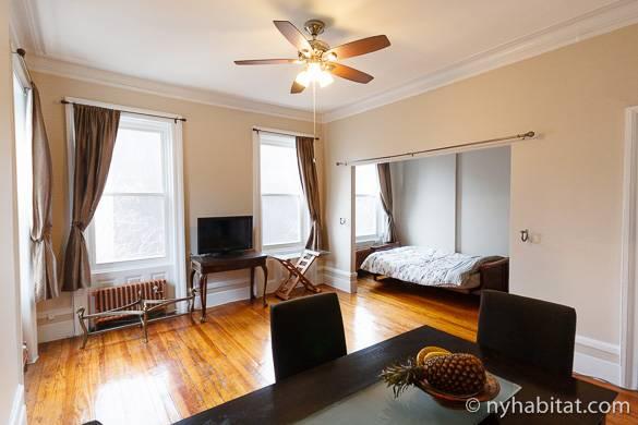 Bild des Wohnzimmers der Studiowohnung NY-16171 mit Bett im Alkoven im Hintergrund