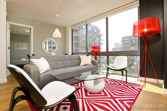 Wohnzimmer der Wohnung NY-16820 mit der Aussicht auf die Stadt im Hintergrund