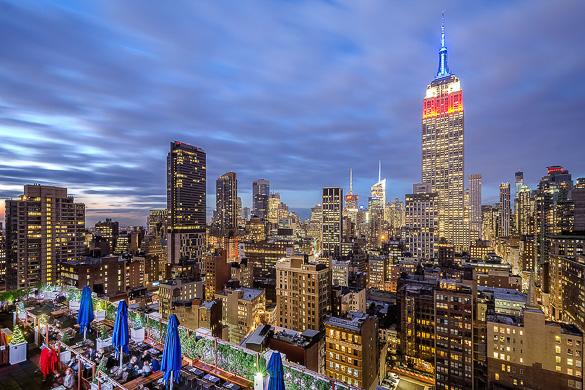 Bild der Bar 230 Fifth über den Dächern von Midtown Manhattan