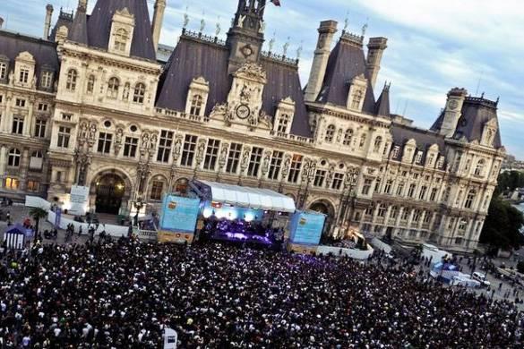 Bild eines Musik Festivals auf dem Ratshausplatz in Paris
