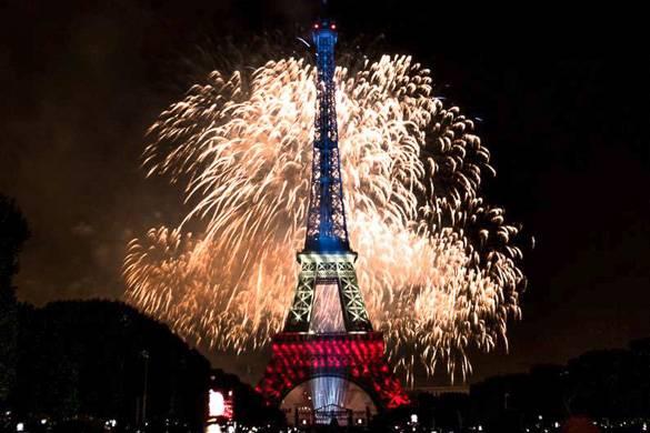 Bild vom Feuerwerk um den Eifelturm am Tag der Bastille