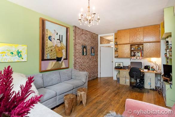Bild des Wohnzimmers der Wohnung NY-16533 mit bunten Wänden und einem Kronleuchter