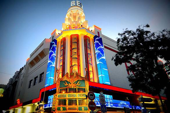Bild der Neonlichter und der Art Deco Fassade des Le Grand Rex Kinos