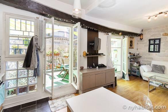 Bild des Wohnzimmers von PA-1489 und der großen Terrasse mit Aussicht.
