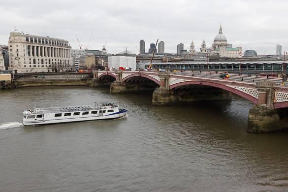 Bild der Themse mit der Saint Paul's Cathedral im Hintergrund.