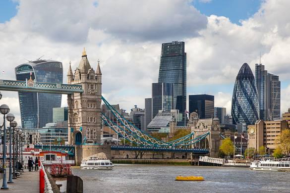 Bild der Tower Bridge mit Wolkenkratzern im Hintergrund, z.B. auch The Gherkin.