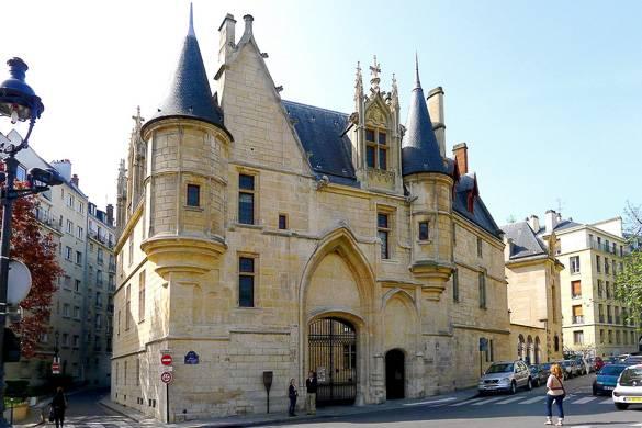 Bild der Fassade der Bibliothèque Forney, mit Türmchen und Steinmauern.