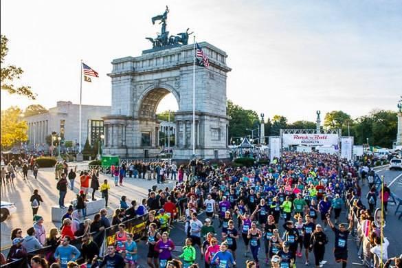 Bild von Läufern am Grand Army Plaza in Brooklyn.