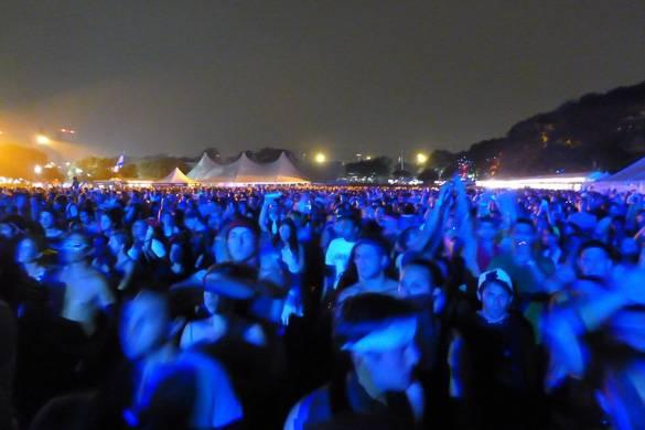 Bild einer Nachtszene mit Konzertbesuchern im Freien.
