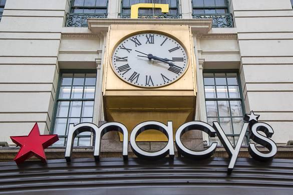 Bild von Macy's Herald Square Uhr an der Fassade bei Tag.