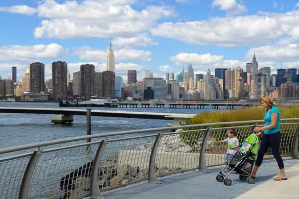 Bild einer Promenade am Wasser in Greenpoint, Brooklyn.