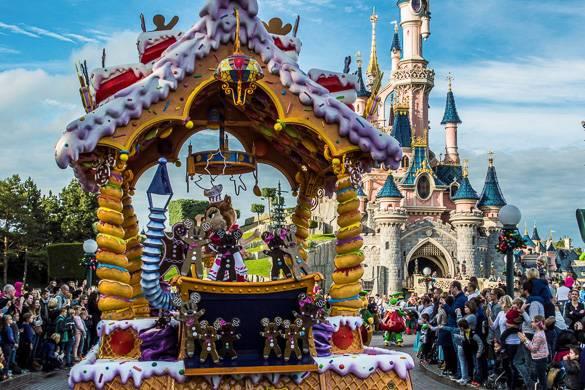 Bild des Disneyland Paris mit pinkem Schloss und Karussell.