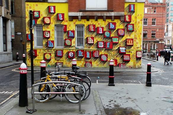 Bild einer Street Art-Installation auf der Seitenmauer eines Gebäudes