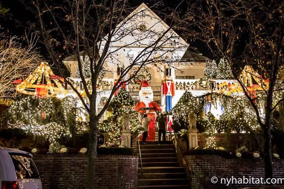 Bild eines Hauses verziert mit Weihnachtsbeleuchtung in Dyker Heights, Brooklyn