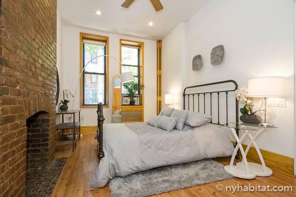 Bild des Schlafzimmers von NY-16922 im East Village mit dekorativem Ziegelkamin