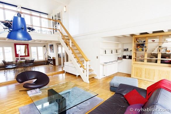 Bild des Wohnzimmers der Wohnung PA-4467 mit Treppe ins Zwischengeschoss