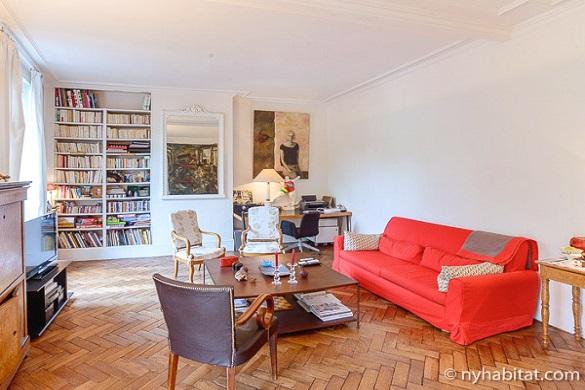 Bild des Wohnzimmers von PA-3306 mit Bücherregal und Kunst
