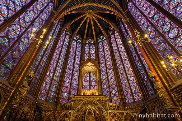 Bild der bunten Glasfenster in der Sainte-Chapelle