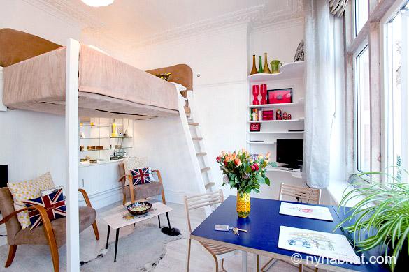 Bild des Wohnbereiches der Studiowohnung LN-507 mit Schlafnische im Loftstil