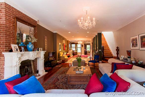 Bild eines großen Wohnzimmers in NY-15146 mit farbenfrohen Kissen im Vordergrund