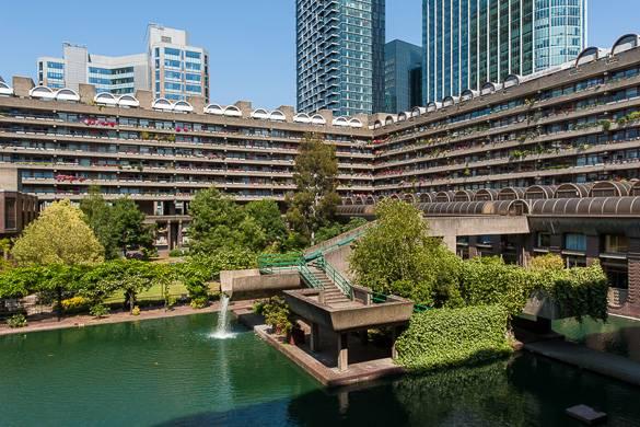 Blick auf die zwei Seitenflügel des Barbican Centre, mit einem Staubecken im Vordergrund