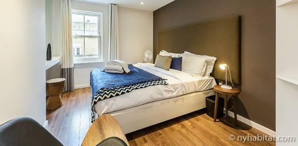 Schlafzimmer 2 in LN-1833 – ein Doppelbett und olivgrüne Wände