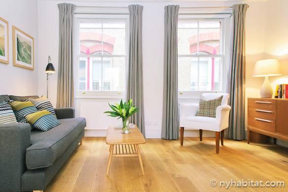 Das geräumige Wohnzimmer in NY-1818 mit hellem Holzboden