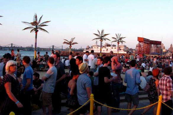 Bild einer Menschenmenge auf Governor's Island in NYC