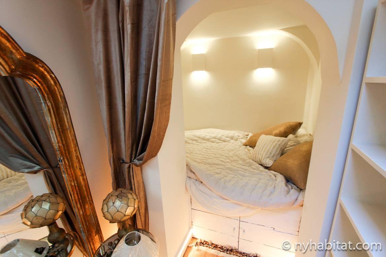 Foto des Schlafbereichs im Alkoven mit goldenem Vorhang an der Seite LN-1725