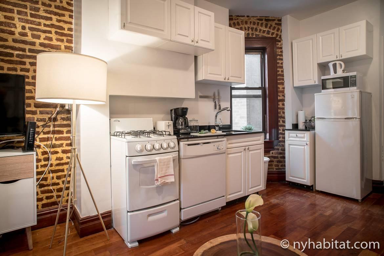 Foto von Küche in der Wohnung NY-17254 mit unverputzten Backsteinwänden