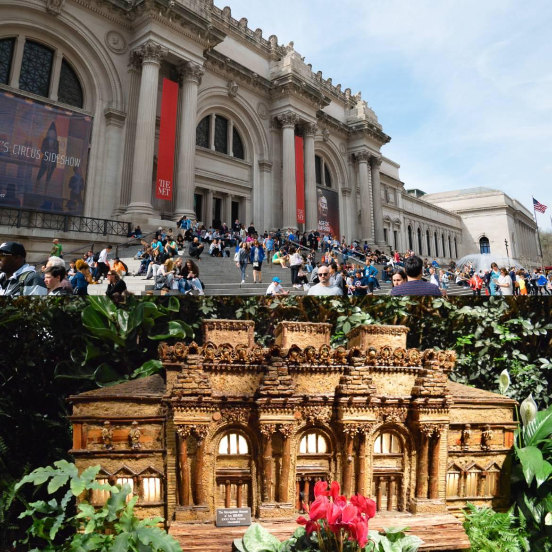 Foto vom Miniaturnachbau des Metropolitan Museum of Art und Foto von Menschen, die auf den Treppenstufen vor dem Metropolitan Museum of Art in Manhattan sitzen