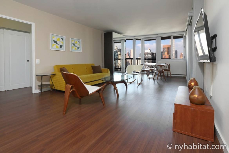 Foto vom Wohnzimmer in NY-16746 in Midtown East mit Blick über die Stadt aus dem Fenster