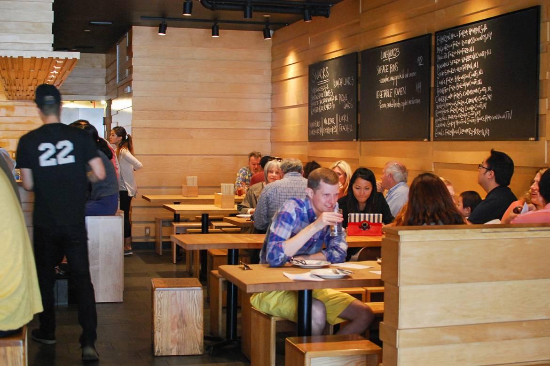 Foto von Menschen, die in der Momofoku Noodle Bar essen