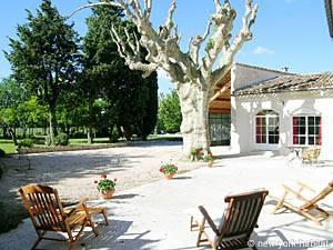Location de vacances dans le Sud de la France. Photo de la terrasse d'une villa T6 à Les Valayans, région d'Avignon (PR-631)