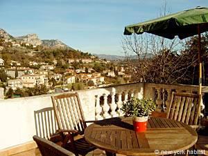 Location de vacances dans le sud de la France. Photo de la terrasse d'un appartement T3 à Vence, Côte d'Azur (PR-335)