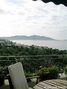 Location meublée dans le sud de la France. Photo de la terrasse d'un appartement T3 à Marseille (PR-932)