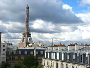 Location meublée à Paris. Vue de la chambre d'un appartement T2 aux Invalides, Tour Eiffel (PA-3384)