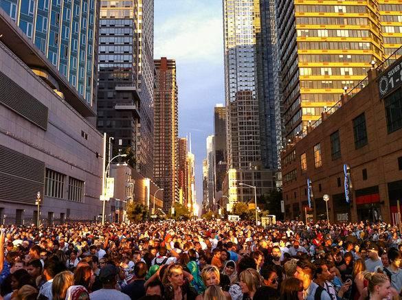 Une photo de la foule de spectateurs qui attend le début du feu d'artifice du 4 juillet à New York
