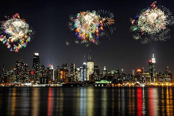La vue depuis le New Jersey le 4 juillet : un feu d'artifice spectaculaire illumine le ciel au-dessus de Manhattan, New York.