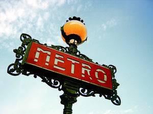 Photographie d'un panneau de métro en fer forgé