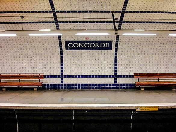 Photographie de carreaux ornés de lettres à la station de métro Concorde à Paris