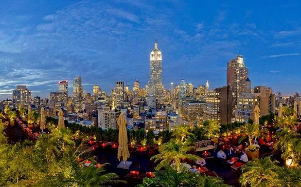 Vue panoramique du Midtown Manhatan depuis le jardin du 230 Fifth