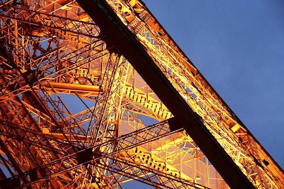 Image de la tour Eiffel baignée par le soleil
