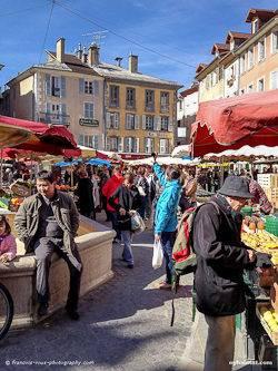 Photographie d'un marché à Gap situé dans les Alpes du Sud