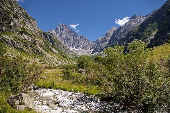 Photographie de montagnes et d'une vallée dans le parc national des Écrins situé dans les Alpes du Sud