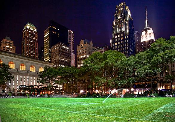 Photo du Bryant Park, de la Bibliothèque municipale de New York et de l'Empire State Building