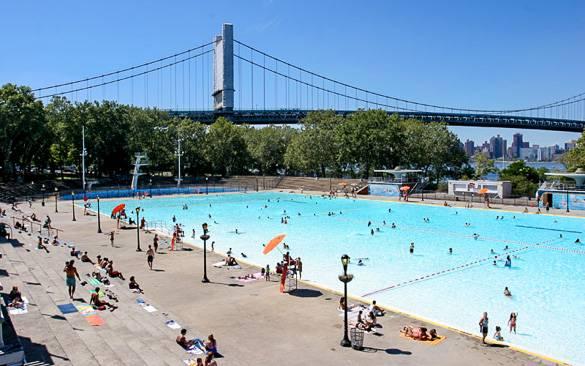 Photo de la piscine de l'Astoria Park à côté de l'East River dans le Queens