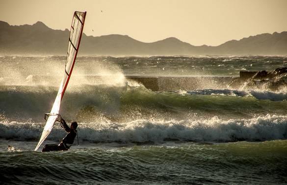 Image d'un véliplanchiste sur les plages du Prado à Marseille